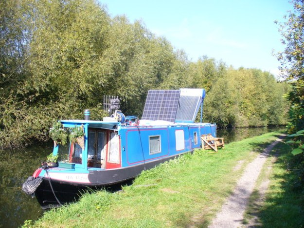 Solar Power on a narrowboat on the Grand Union Canal in Hertfordshire. Photo by Colin Smith. CC BY-SA 2.0 Generic. Wikimedia Commons.