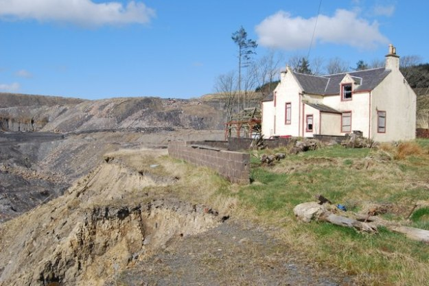 Abandoned UK farmhouse on the edge open-pit mine. Photo by Robert Guthrie. CC BY-SA 2.0. Wikimedia Commons.