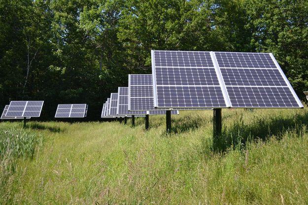 15 kW Solar array at Canterbury Municipal Building Canterbury New Hampshire. Photo by SayCheeeeeese. CC0 1.0 Universal Public Domain Dedication. Wikimedia Commons.