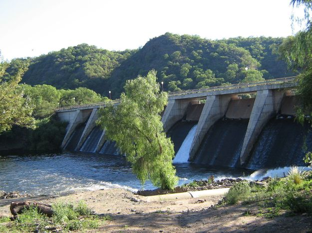 Hydro dam in Uruguay. Photo by Starbock1948. CC BY-SA 3.0 unported. Wikimedia Commons.