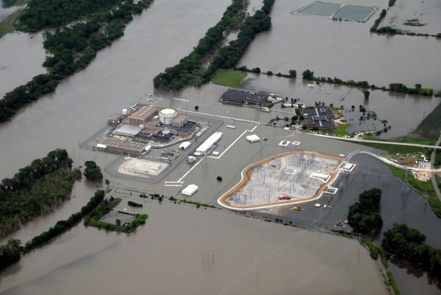 Fort Calhoun nuclear reactor during Missouri River flood. Photo by US Army Corps of Engineers. Public Domain. Wikimedia Commons.