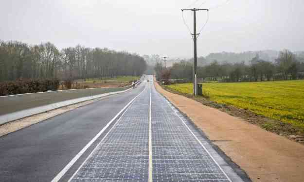 Solar panel road (Photo: Christophe Petit Tesson / EPA)