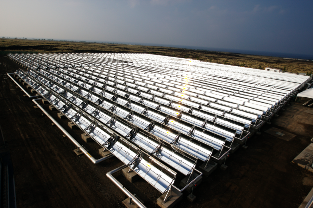 Solar collectors in Hawaii (Photo: Xklaim, Wikimedia Commons)